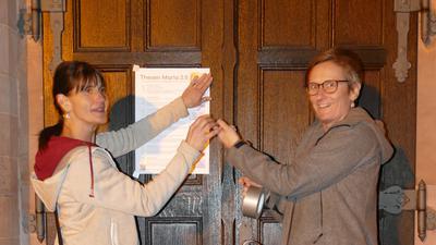 Karin Oesterle und Karin Ziegler schlagen die Thesen an