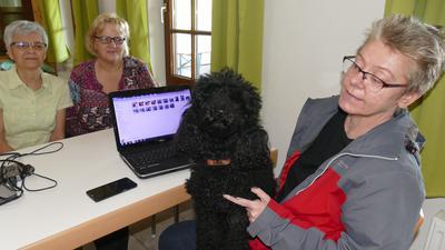 Barbara Schweigert mit Lotta am Computer, im Hintergrund von rechts die Vorsitzende Andrea Ernst mit Heide Hornung, bereiten das Rennen vor