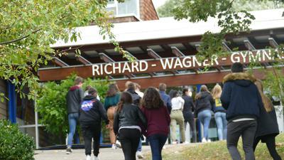 Schüler vor dem Richard-Wagner-Gymnasium