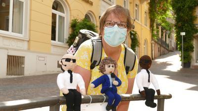 """Elke Hahn mit ihrem zurückgebrachten Streetart-Werk """"Tony Marshall und die Bodyguards"""""""