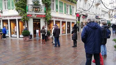 Schlange vor der Alten Hofapotheke Baden-Baden.