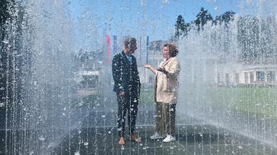 """Nora Waggershauser von Baden-Baden Events (BBE) unterhält sich in der begehbaren Wasserinstallation """"Appearing Rooms"""" mit  Jeppe Hein."""