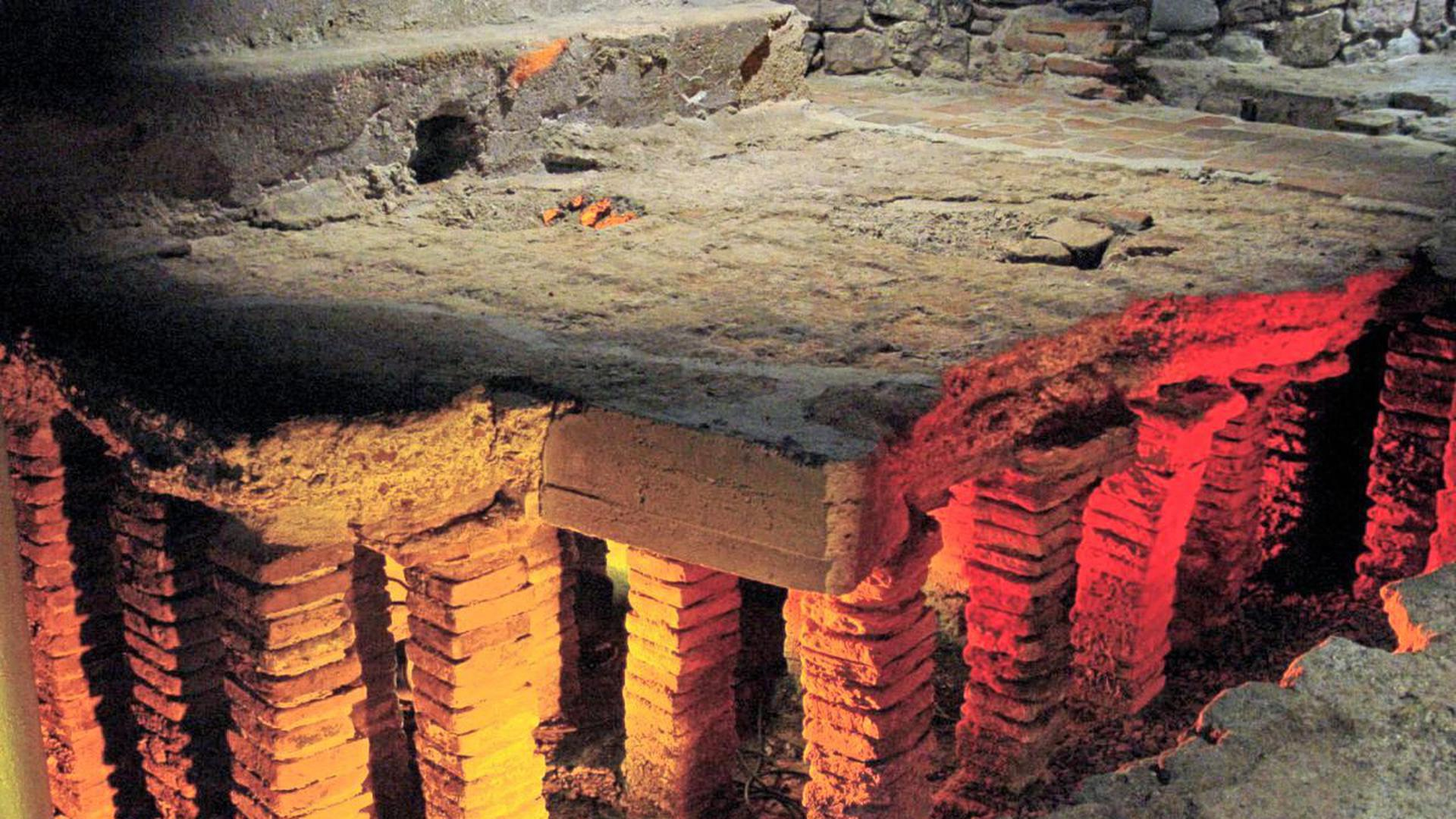 Zurückversetzt in die Zeit vor 2.00 Jahren fühlen sich Besucher der römischen Badruinen in Baden-Baden.