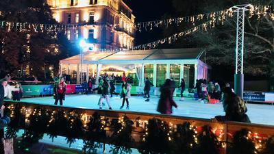 Über dem See auf dem Augustaplatz in Baden-Baden ist eine Eisbahn aufgebaut. Zahlreiche Kufenfans drehen in den Abendstunden dort ihre Runden.