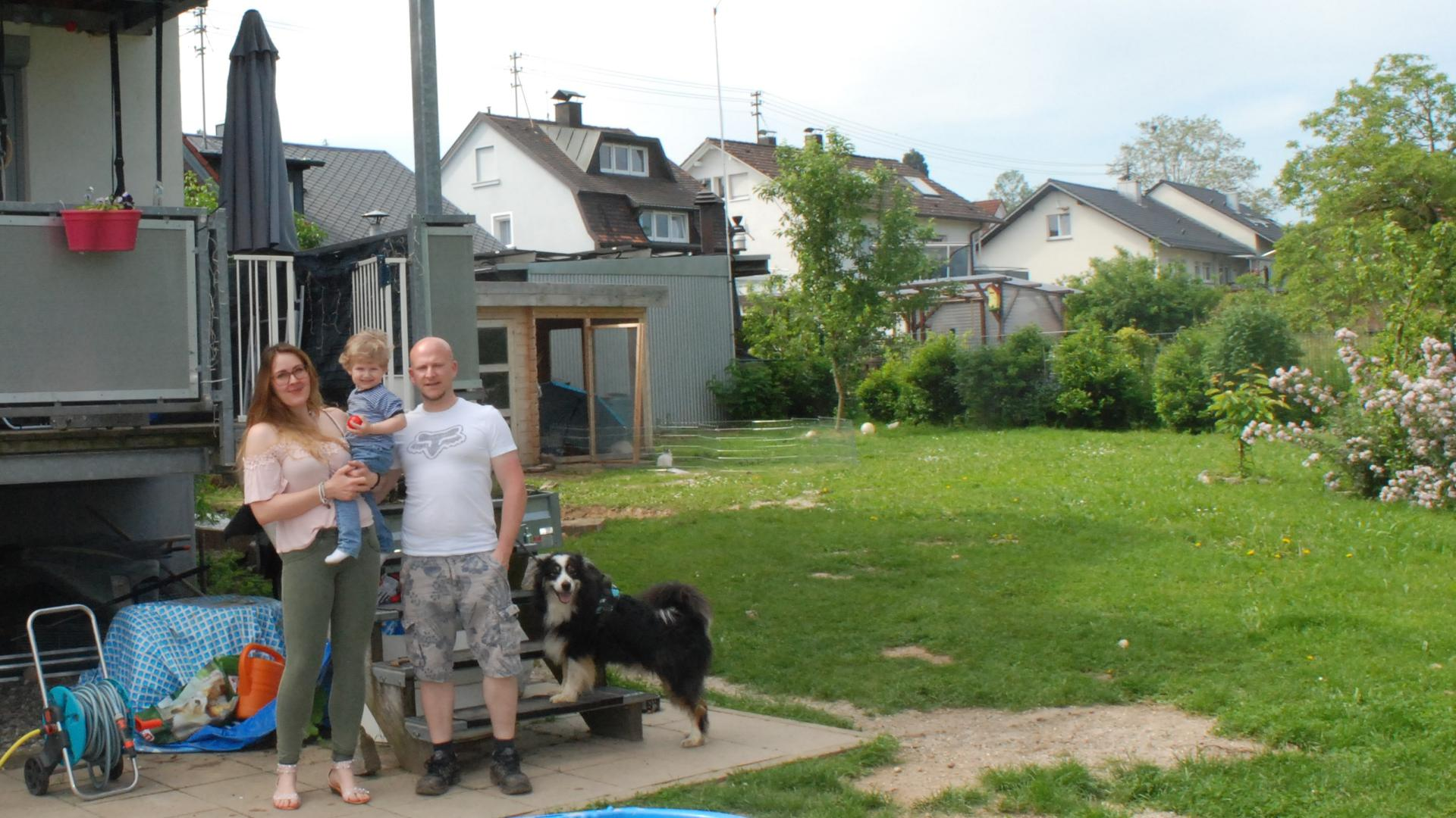Ariane und Christian Klanke mit ihrem Sohn vor ihrem Haus in Baden-Baden-Balg.
