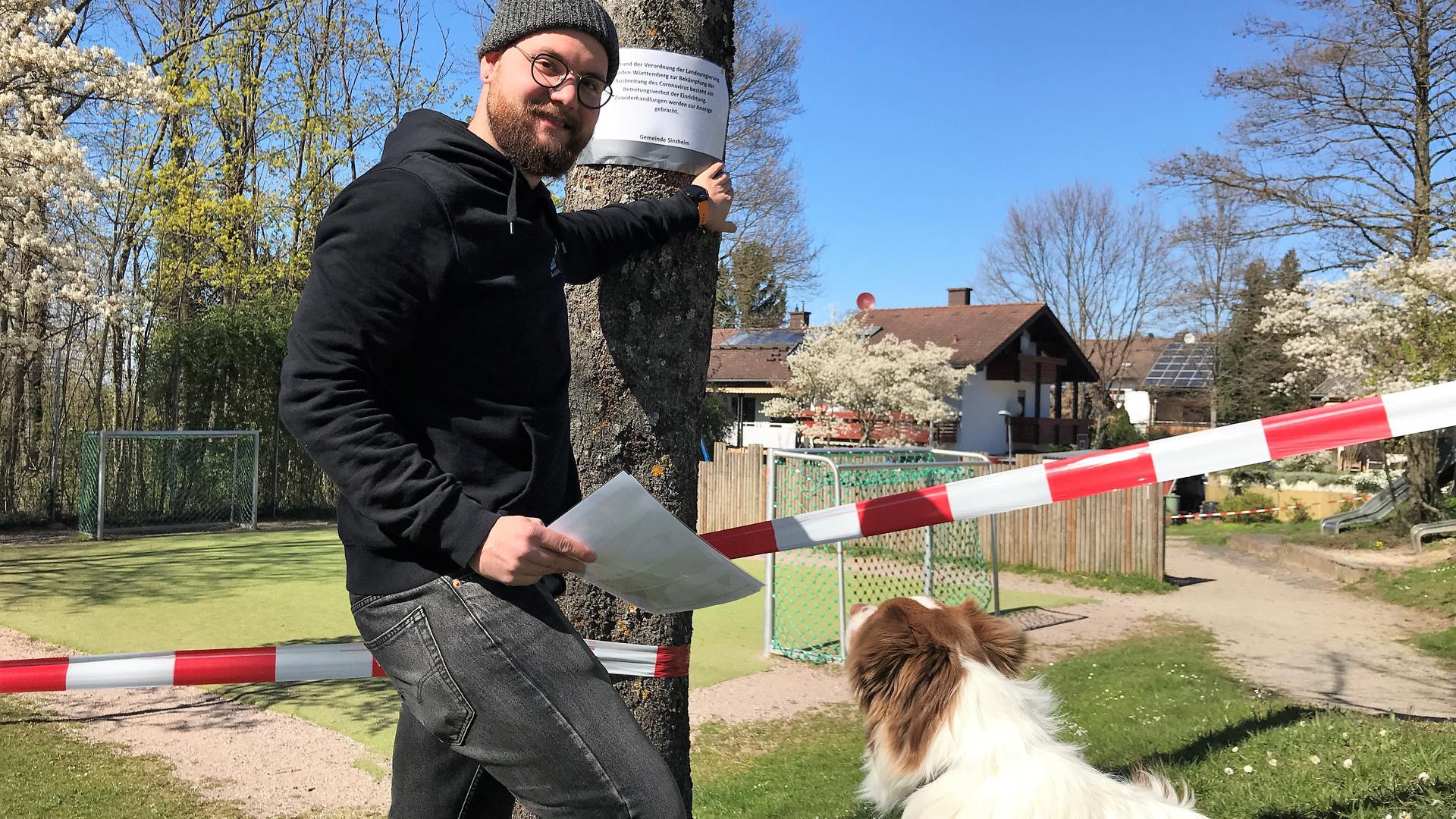 Zusammen mit seinem Hund Lino macht Sozialarbeiter Benedikt Huck seine Touren, bei denen er beliebte Treffpunkte kontrolliert.
