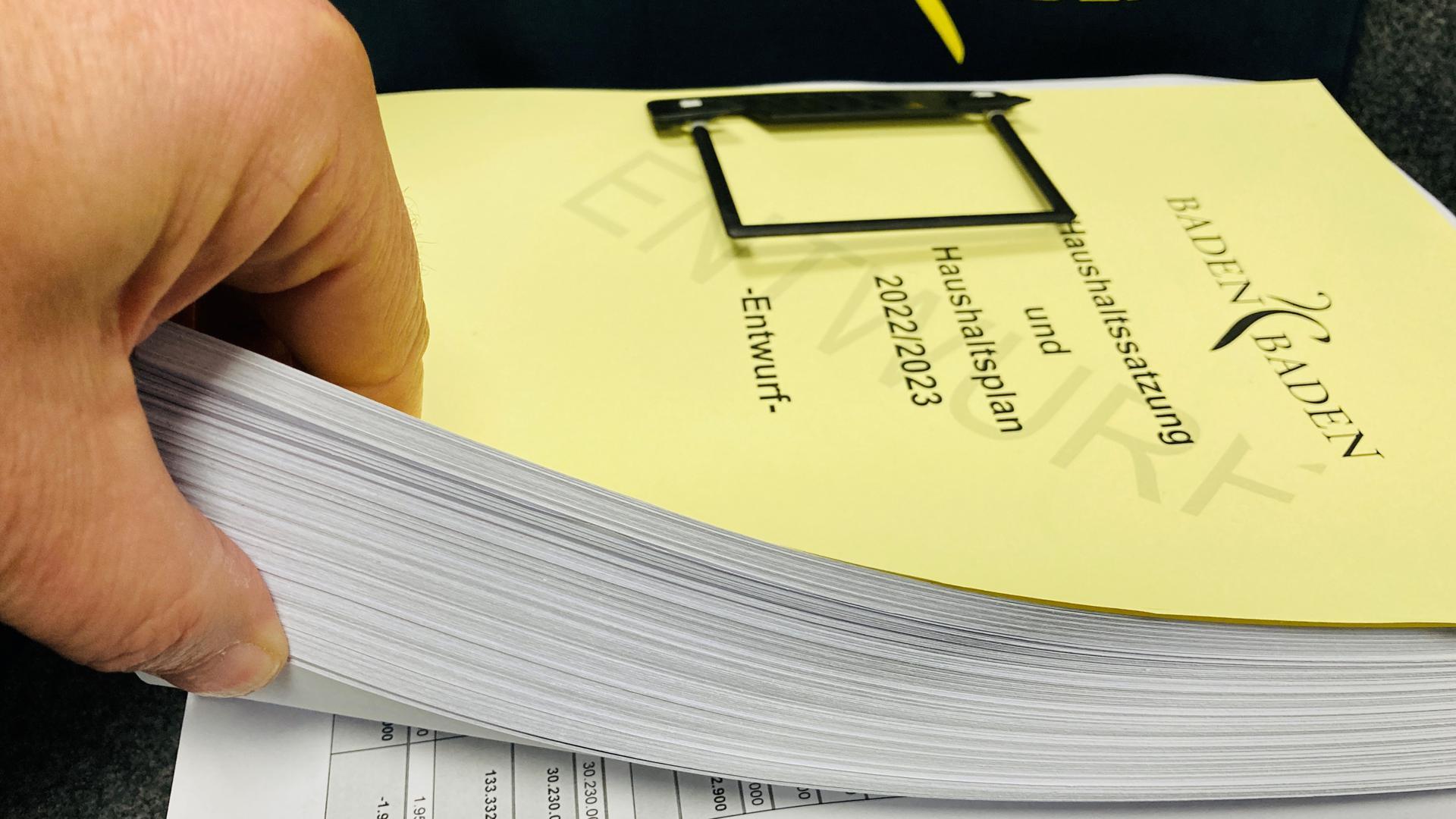 Dicker Wälzer: 946 Seiten umfasst der Entwurf des Doppelhaushalts für die Jahre 2022/23 der Stadt Baden-Baden.