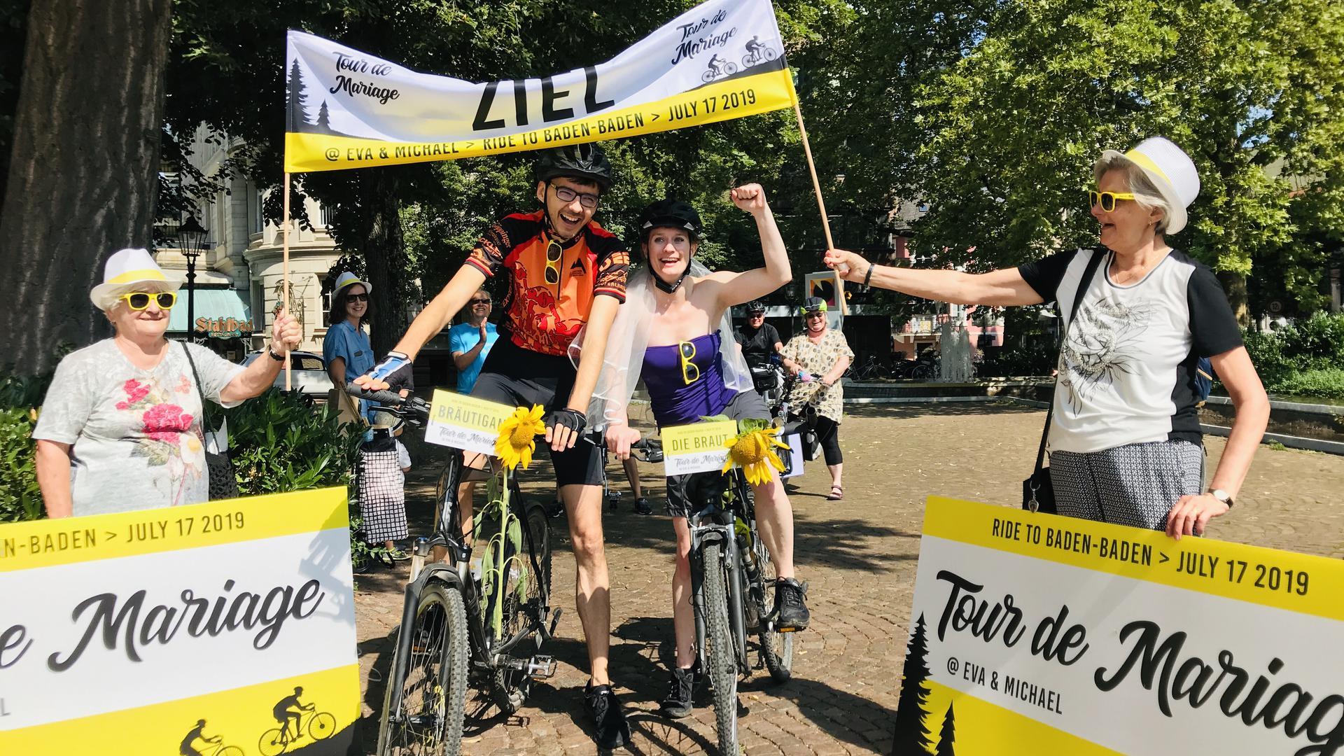 Geschafft: Eva Meier und Michael Jung sind mit dem Rad von Karlsruhe zum Standesamt nach Baden-Baden gefahren. Das Ja-Wort gaben sie sich dann in Radlerklamotten.