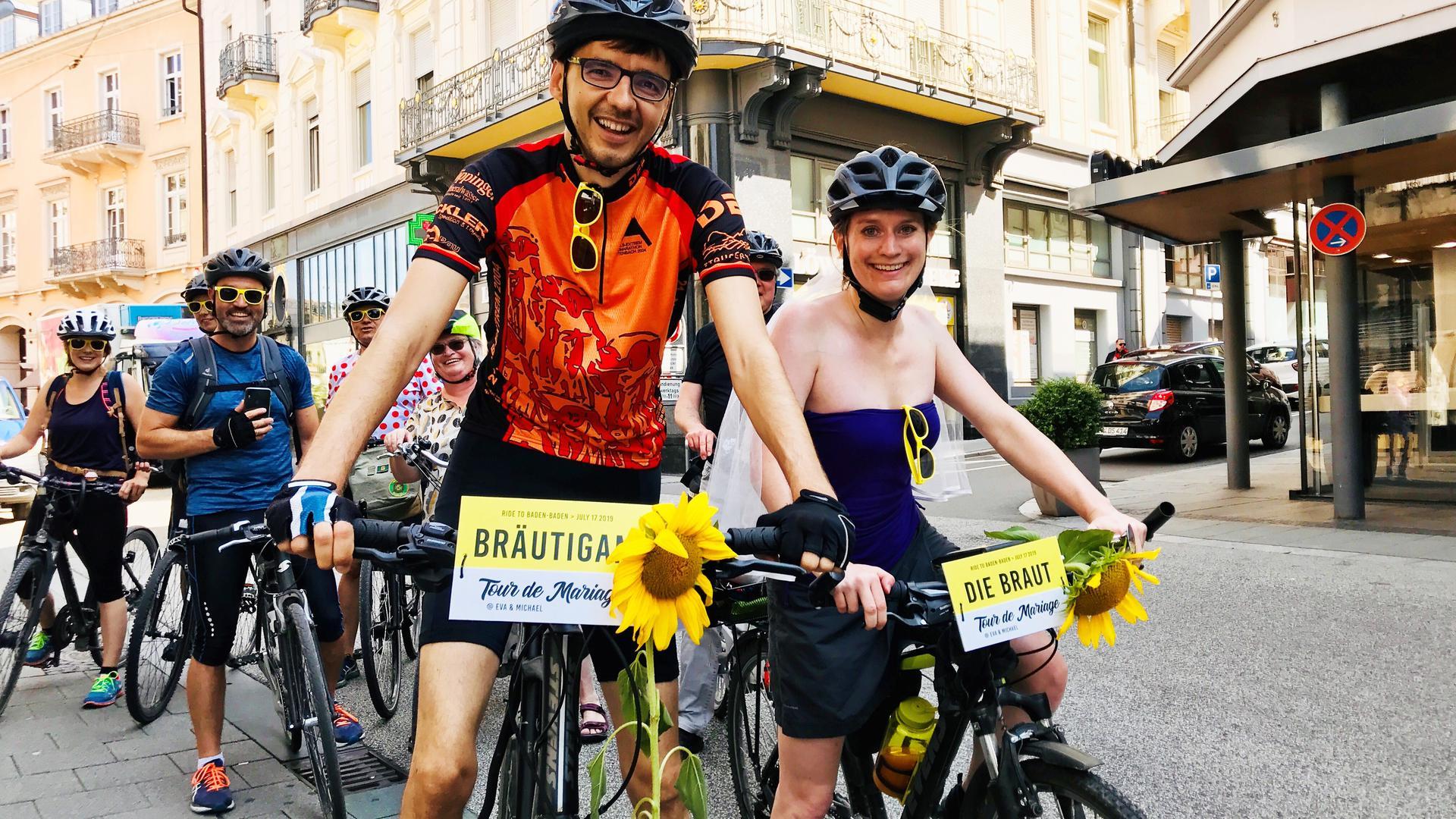 Drahtesel statt Edelkarosse: Eva Meier und Michael Jung kurz vor dem Ziel: dem Standesamt in Baden-Baden.