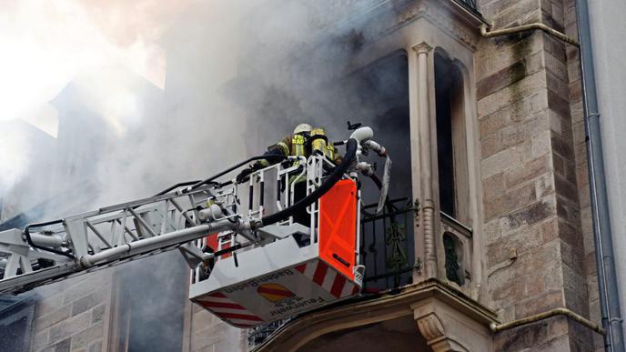 Die Bewohner mussten aus dem Wohngebäude gerettet werden.