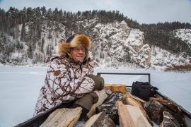 Klaus Burger sitzt in Russland im Schnee
