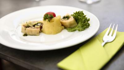 Auf einem weißen Teller werden kulinarische Köstlichkeiten serviert.