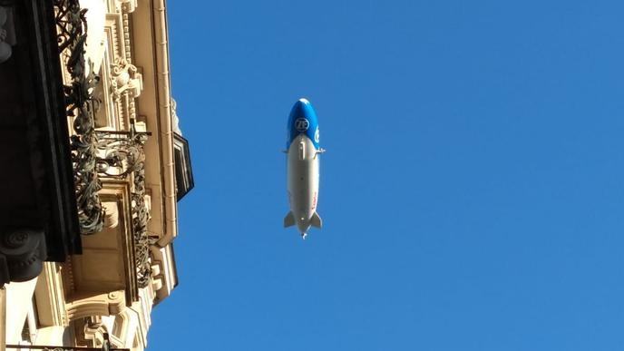 Christiane Schulz hat den Zeppelin in der Langen Straße in Baden-Baden direkt über sich erwischt.