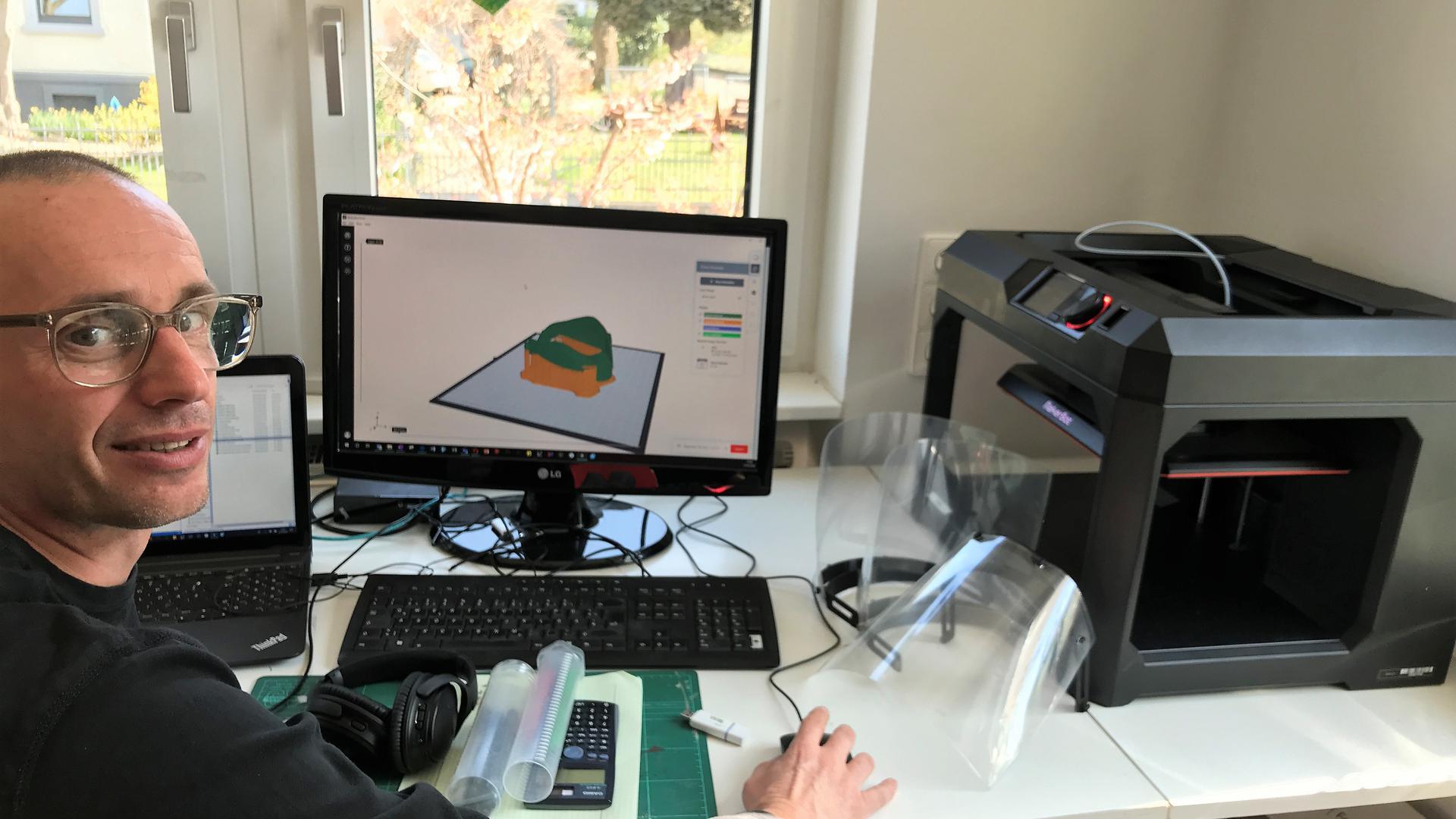 Homeoffice: In seinem Wohnzimmer produziert Daniel Müller mit den 3-D-Druckern der Louis-Lepoix-Schule die Schutzschilde.