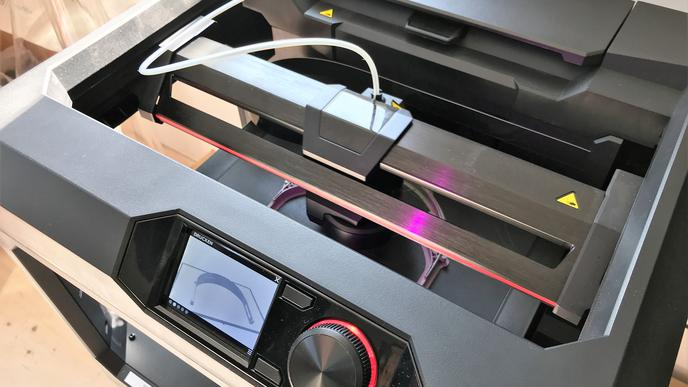 Nach einer Vorlage, die Müller am PC modelliert hat, wird ein Kunststoffgestell gedruckt.