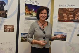 Die Spannung steigt: Im Sommer 2020 fällt die Entscheidung über die Welterbe-Bewerbung mit Baden-Badener Beteiligung. Oberbürgermeisterin Mergen steht hier vor Tafeln einer Ausstellung zum Projekt, die im Rathaus Baden-Baden zu sehen ist.
