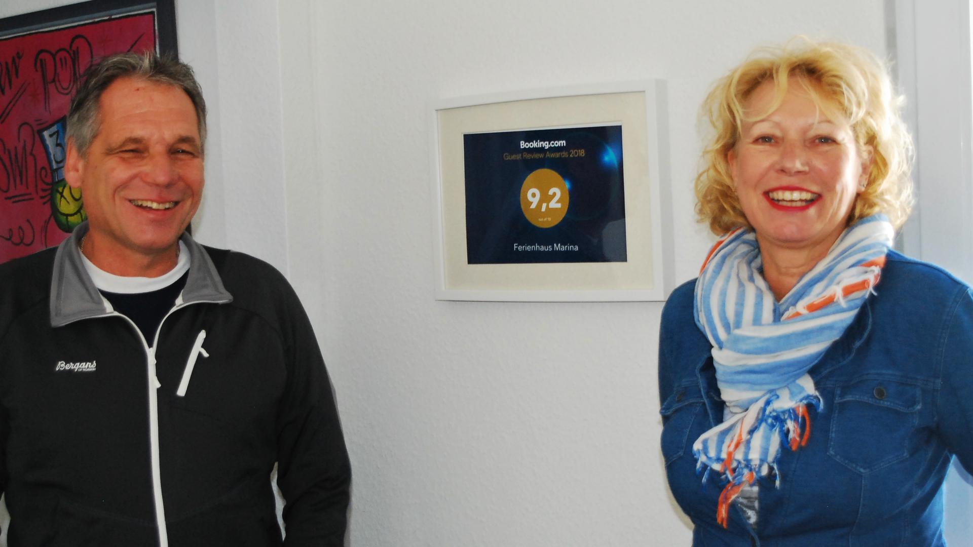 Michael und Marina Eckerle stehen in ihrem Ferienhaus in Geroldsau