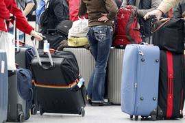 ARCHIV - Fluggäste warten vor den Check-In-Schaltern am 25.01.2013 im Flughafen in Düsseldorf (Nordrhein-Westfalen) auf ihre Abfertigung. Das EU-Parlament stimmt am 05.02.2014 über die Rechte von Passagieren bei Verspätungen und dem Ausfall von Flügen ab.Foto: Roland Weihrauch/dpa ( +++ dpa-Bildfunk +++