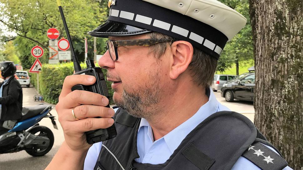 Über Funk stehen die Polizisten bei einer Streife in Kontakt mit ihren Kollegen.