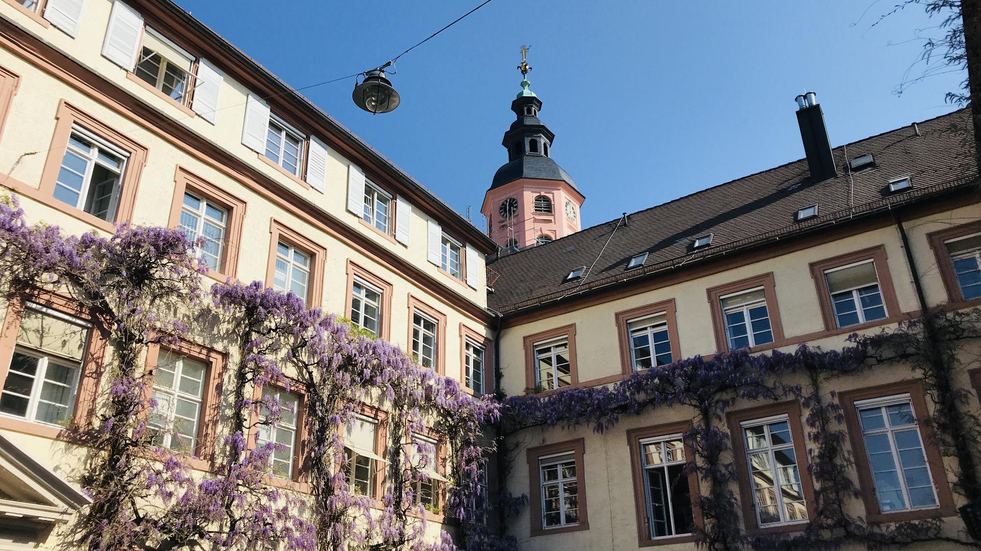 Blick vom Innenhof des Rathauses in Baden-Baden auf den Turm der Stiftskirche.