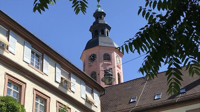 Einmal aus einer anderen Perspektive: die Stiftskirche - fotografiert aus dem Rathausinnenhof.