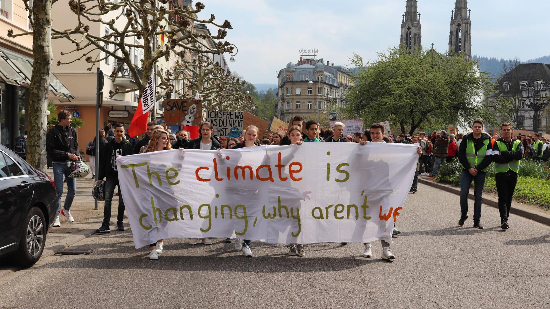 """Jeder einzelne könne etwas für Klimaschutz tun, war das Motto der ersten """"Fridays for Future""""-Demonstration in Baden-Baden mit Start am Augustaplatz. Ein zweites Transparent hatte die Aufschrift """"Wir lernen nicht für eine zerstörte Zukunft""""."""
