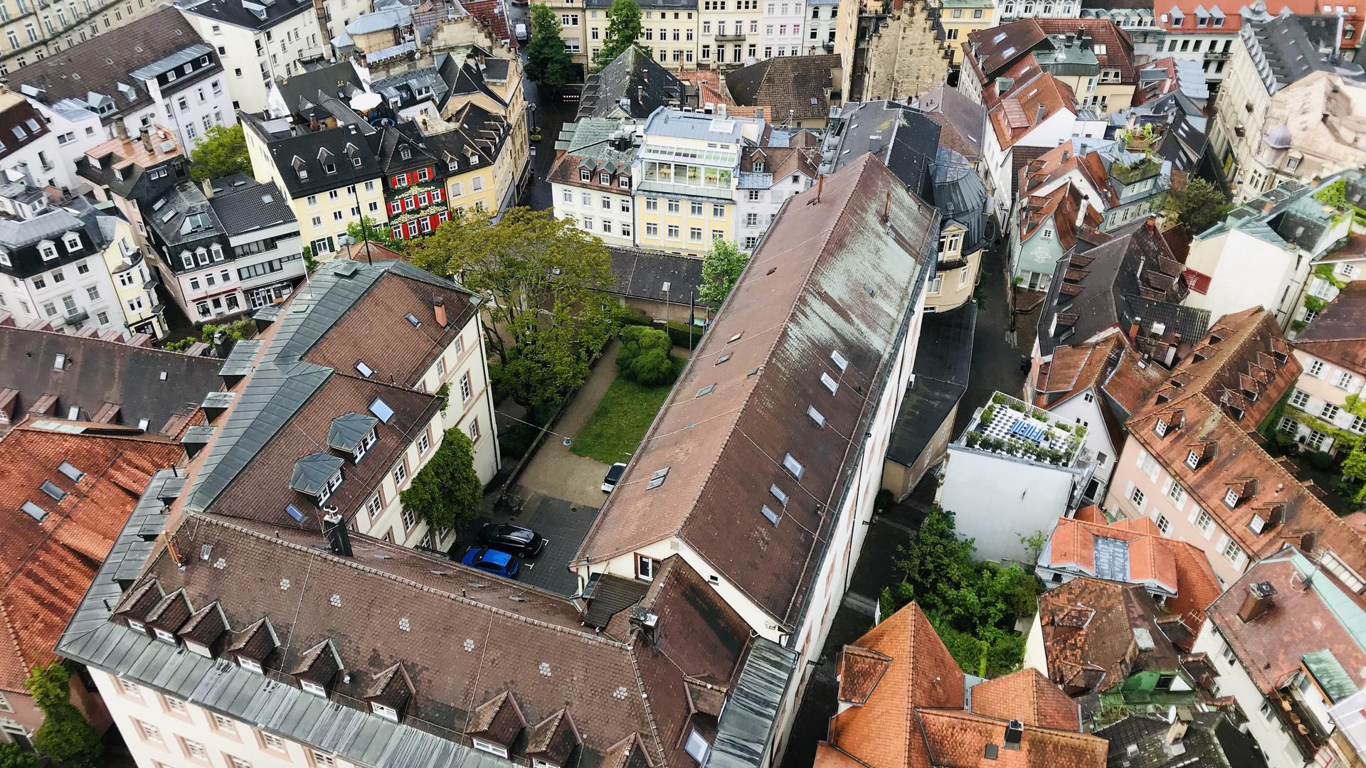 Einsturzgefährdet war das Dach des Rathauses in Baden-Baden in Teilbereichen. Inzwischen wurde die Konstruktion mit Stützen stabilitsiert. Dennoch ist eine aufwändige Sanierung erforderlich.