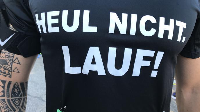 """""""Heul nicht, lauf!"""":Slogan auf dem Shirt eines Läufers."""