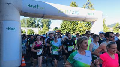 Jetzt geht's los: Den Heel-Lauf über zehn Kilometer beendeten am Freitagabend trotz Hitze 1045 Läuferinnen und Läufer.