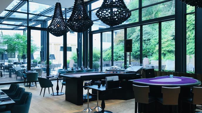 Mit Blick ins Grüne: Blick vom Wintergarten des Casino-Restaurants auf die Terrasse.