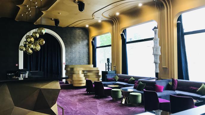 Derzeit noch geschlossen: Der Club Bernstein im Casino Baden-Baden. Ansonsten legt hier ein DJ auf - bei verdunkelten Fenstern und Partybeleuchtung.
