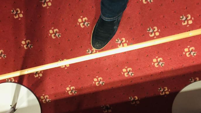 Goldfarbene Leisten statt rot-weißes Absperrband. Im Casino Baden-Baden müssen auch Abstandsregeln eingehalten werden.
