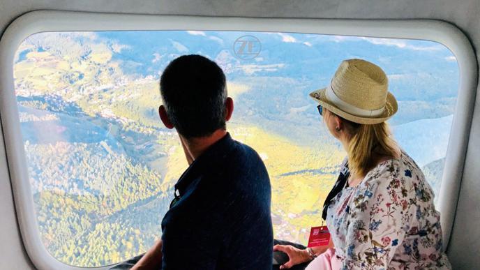 Die Zeppelin-Besatzung genießt eine bessere Aussicht als Flugreisende - dank der großen Fenster.
