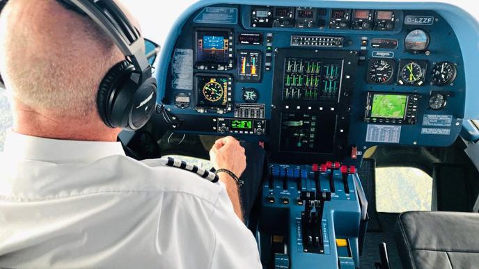 Das Cockpit steht dem eines Flugzeugs nicht nach.