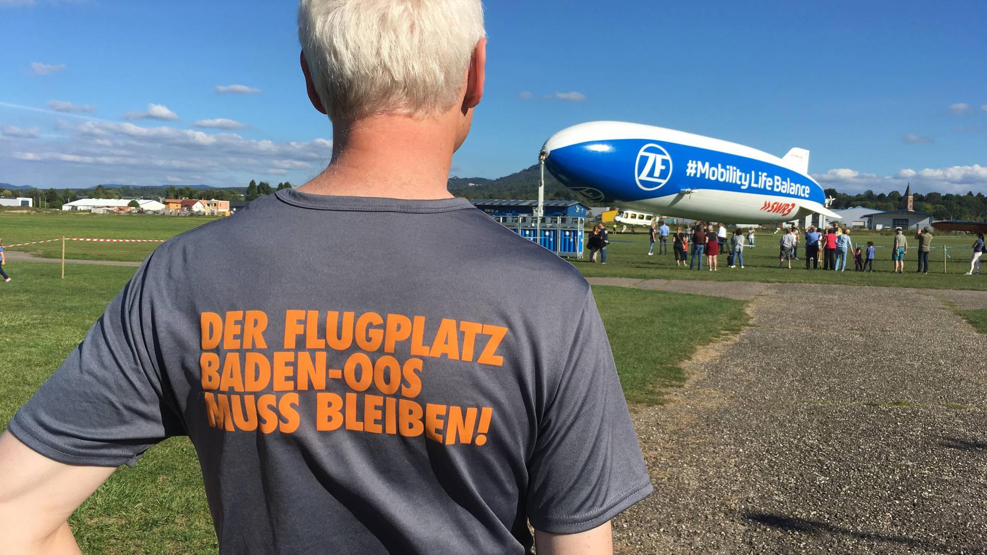 Für den Erhalt des Flugplatzes Oos werben Mitgieder des Aeroclubs Baden-Baden - wie auf diesem Bild vom September 2019, als ein Zeppelin der neuen Generation in Oos zu Rundflügen abhob.