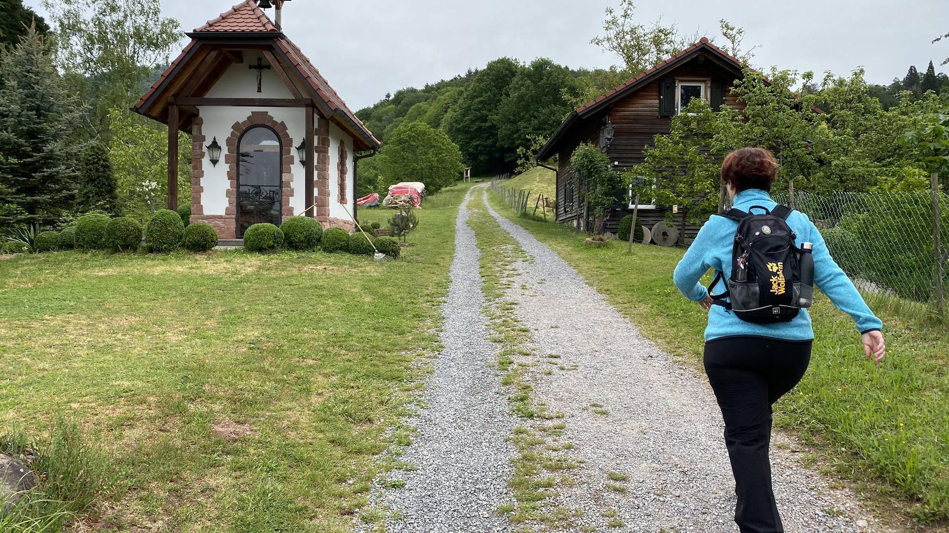 Malerische Abwechslung am Wegesrand: Silke Michel vom Schwarzwaldverein passiert auf der zweiten Etappe des Baden-Badener Panoramawegs die Marienkapelle – einer ihrer Lieblingspunkte auf dieser Wandertour.