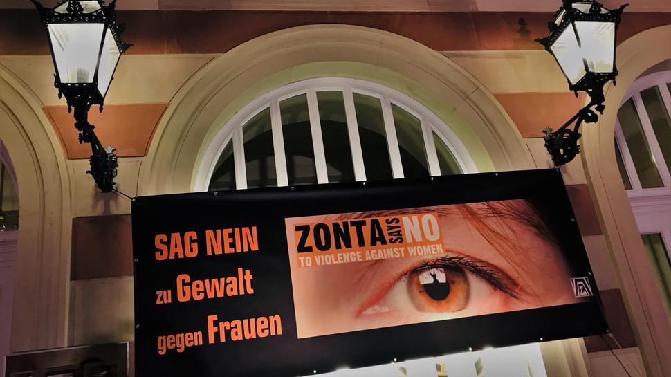 Ein Transparent der örtlichen Zonta-Gruppe hängt am Theater in Baden-Baden.
