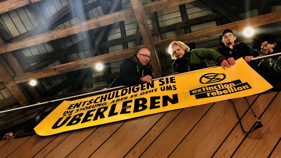 Wurde später von Hausmeistern des Rathauses wieder entfernt: Ein Banner der Gruppe Extinction Rebellion.