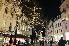 Immer üppiger wird die Weihnachtsbeleuchtung in Baden-Baden. Der Stromverbrauch sinkt aber, weil energiesparende LED-Leuchten eingesetzt werden.