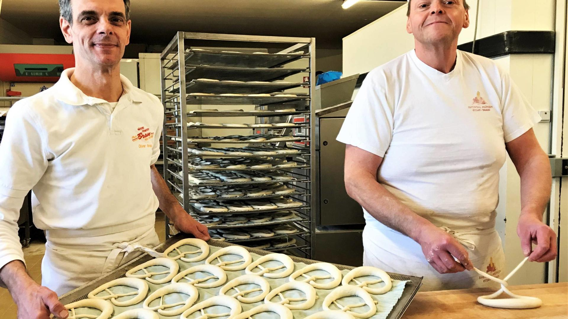 Oliver Braun (links, hier mit einem Mitarbeiter in seiner Backstube) ist Obermeister der Bäckerinnung Baden-Baden/Murgtal/Bühl.