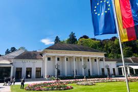 Die Europa-Flagge ist mit vielen anderen Fahnen am Kurhaus gehisst. Baden-Baden ist nicht nur bei Gästen aus unzähligen Ländern als Reiseziel beliebt. Im Stadtkreis wohnen Menschen mit 137 verschiedenen Nationalitäten.