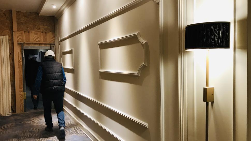 Eine Stahltür schützt diesen Gang vor ungebetenen Zuschauer. Er führt zum Musterzimmer im Europäischen Hof.