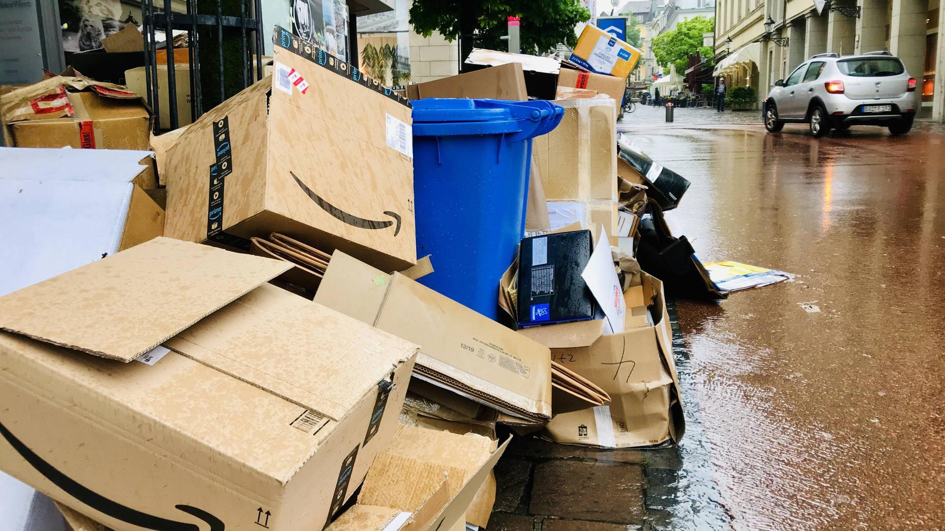 Kein schöner Anblick: Ein Pappberg mit Blauer Tonne an einem Zugang zur Baden-Badener Fußgängerzone. Wer Müll zu früh vor der Abfuhr bereitstellt, dem droht ein Bußgeld von 100 Euro. Die Regelung ist seit dem 6. Mai in Kraft.