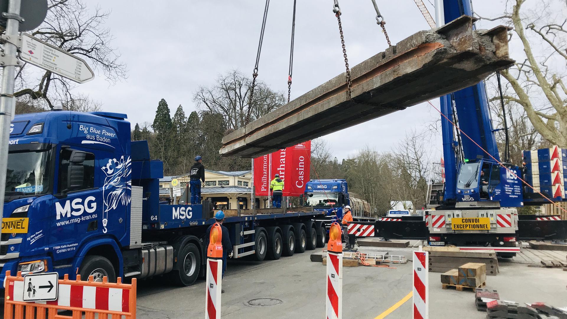 Starkes Teil: Ein 300-Tonnen-Kran hievt in Baden-Baden ein 40 Tonnen schweres Teil der Fieserbrücke auf einen Tieflader.