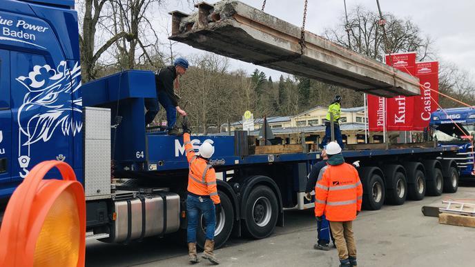Ein Spektakel für Schaulustige ist das Verladen der bis zu 40 Tonnen schweren Brückenteile.