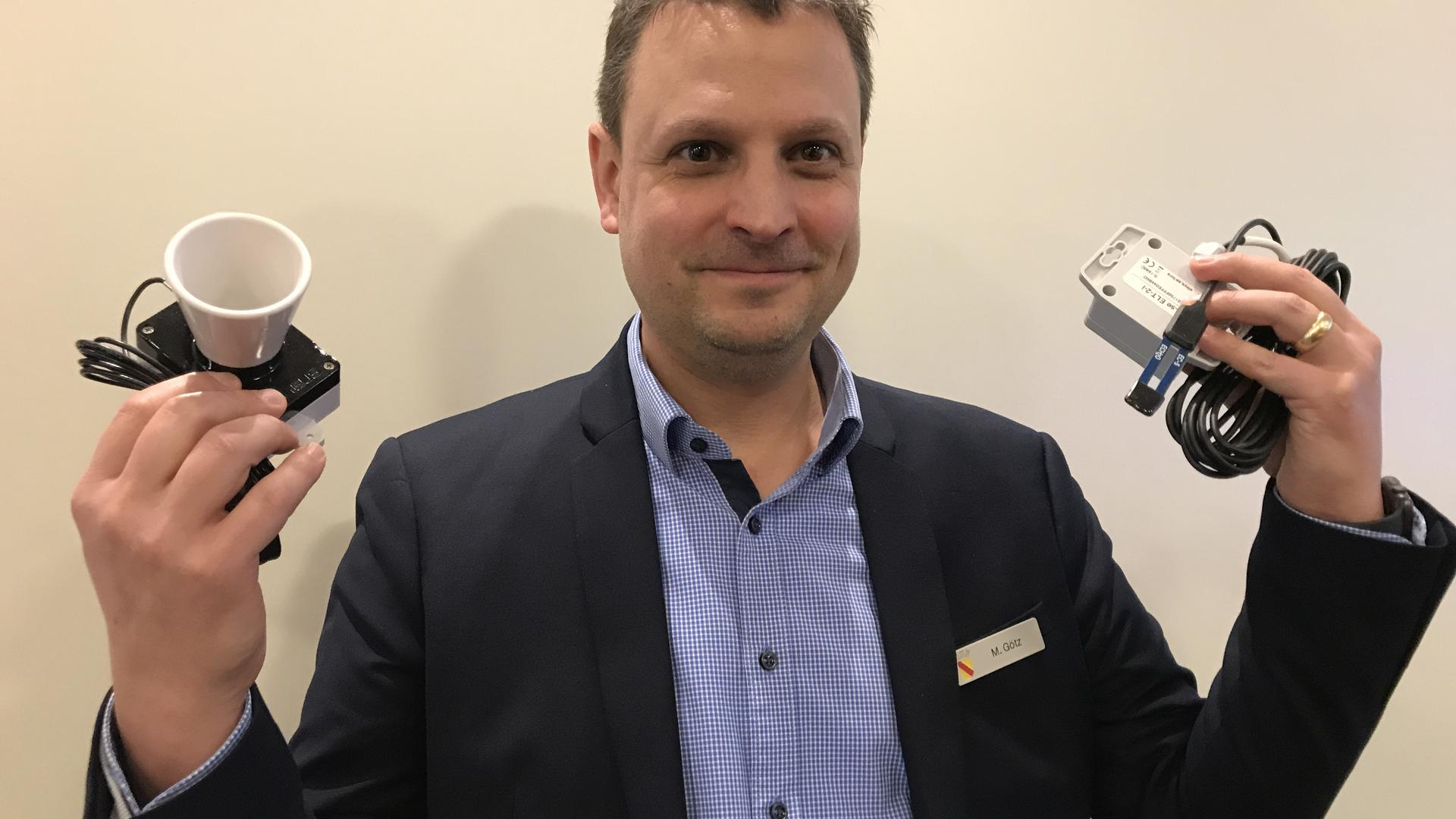 Klein, aber oho: Matthias Götz vom Fachgebiet Informationstechnik der Stadtverwaltung Baden-Baden zeigt einen Ultraschallsensor (links) und empfindliche Messsensoren.