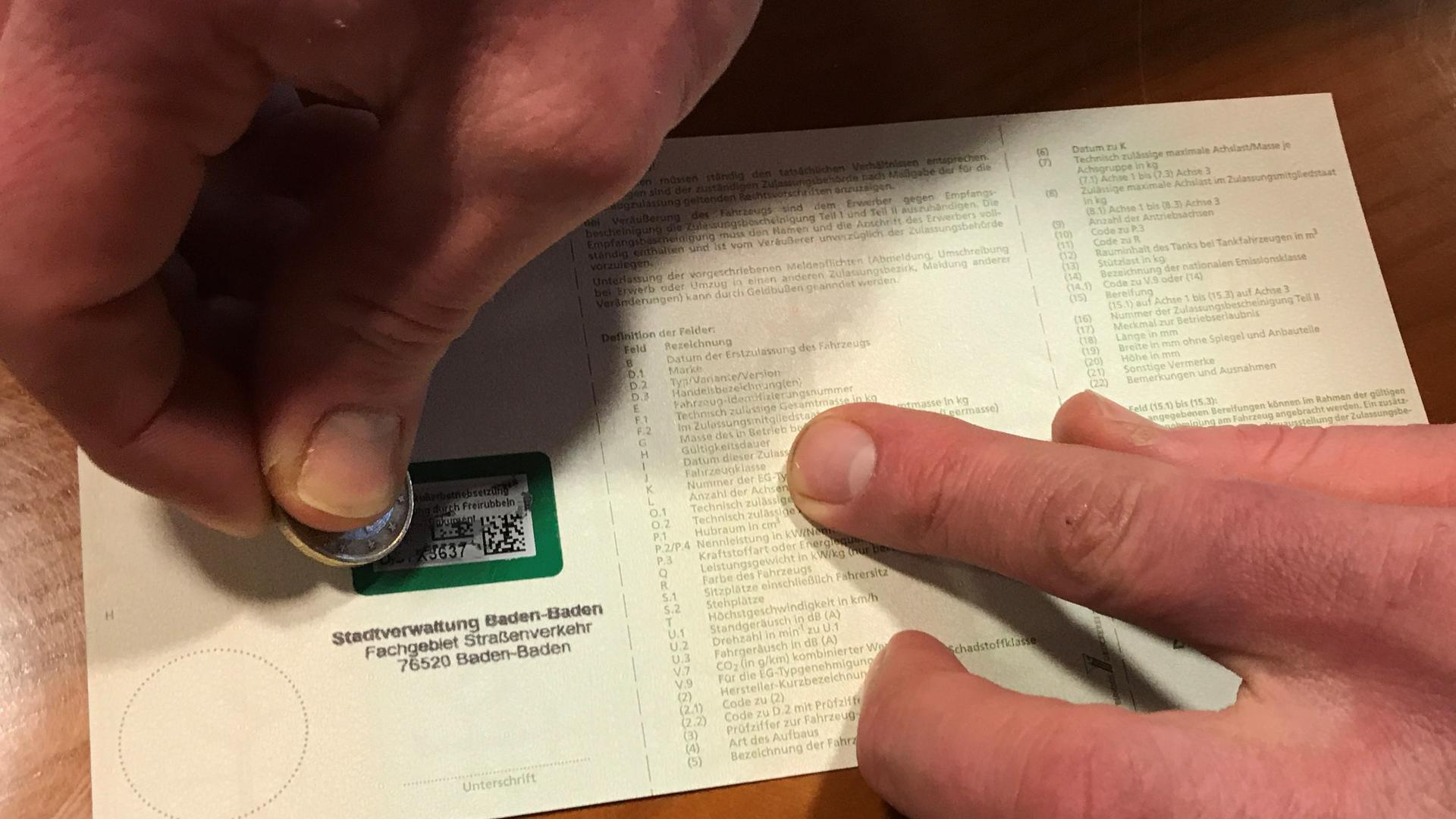 Bitte rubbeln: Bei der Online-Abmeldung des Wagens muss ein Code freigerubbelt werden.
