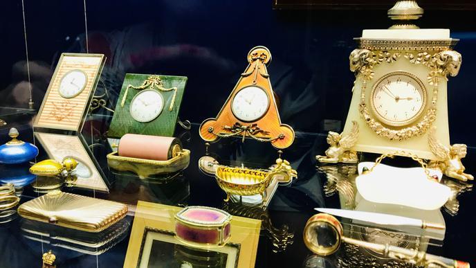 Zu sehen sind Uhren und andere Habseligkeiten.