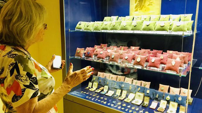 Carl Fabergé fertigte auch Ehrenzeichen. Ein Auswahl davon ist im Museum ausgestellt.
