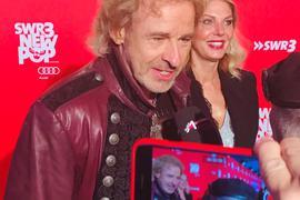 Der Entertainer Thomas Gottschalk wird von einem Journalisten bei einer Veranstaltung in Baden-Baden interviewt.